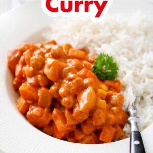 Ein Teller mit Kartoffel Kichererbsen Curry garniert mit Petersilie