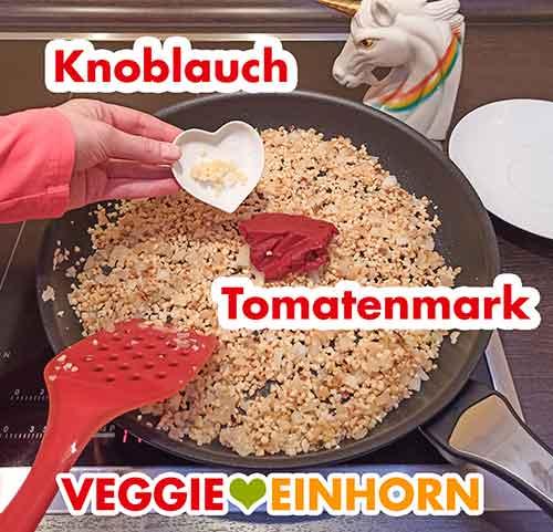 Knoblauch und Tomatenmark werden zugefügt