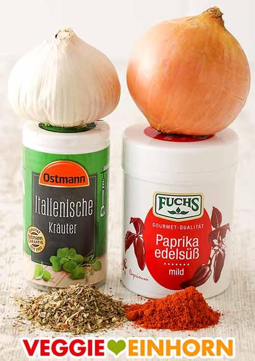 Knoblauch, Zwiebel, eine Dose italienische Kräuter Gewürzmischung, eine Dose Paprika edelsüß