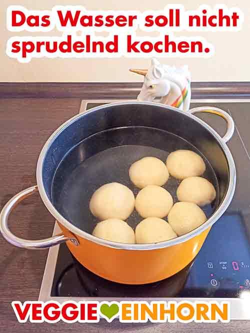 Die Kartoffelklöße im siedenden Wasser