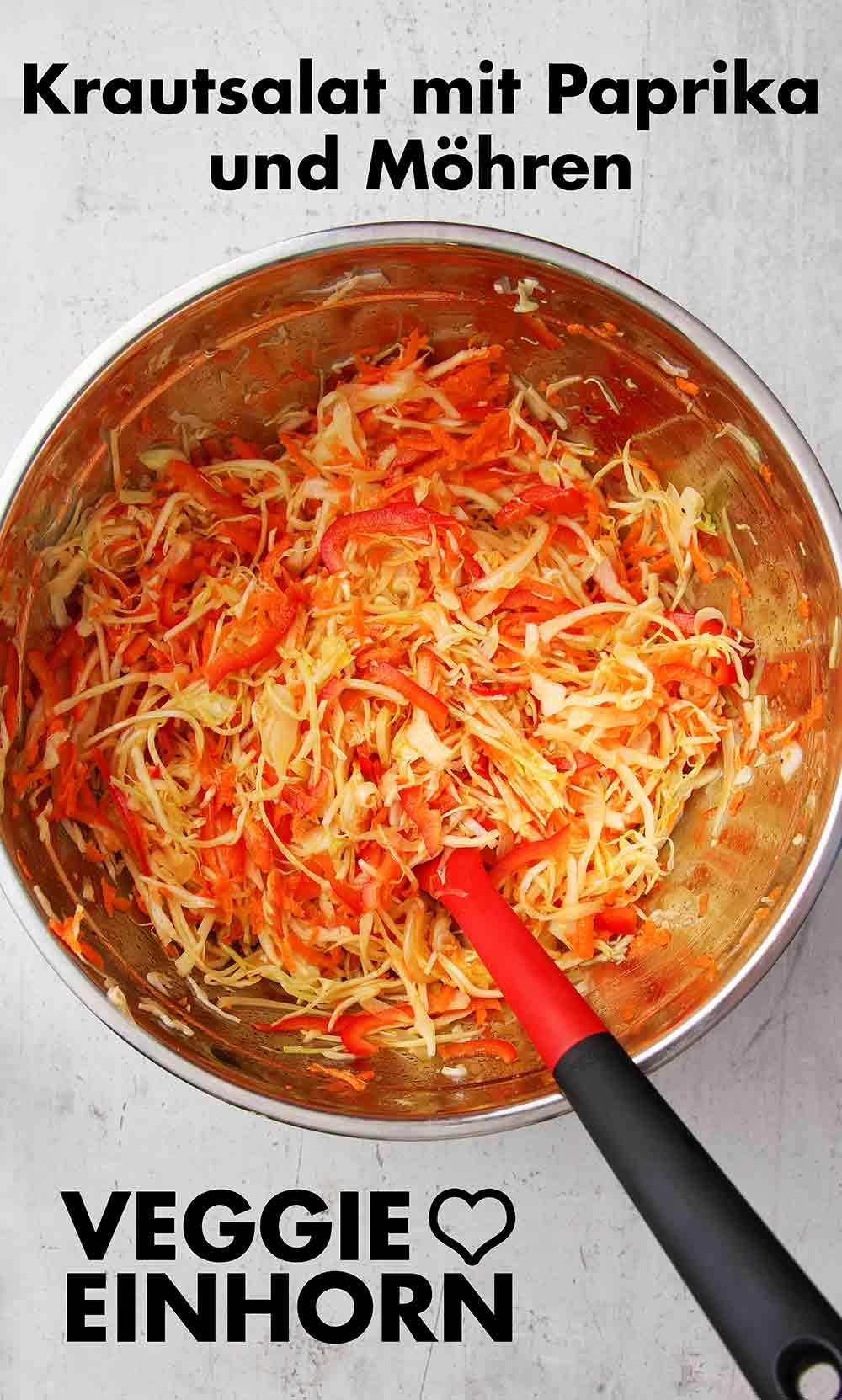 Eine Schüssel mit Krautsalat mit Paprika und Möhren