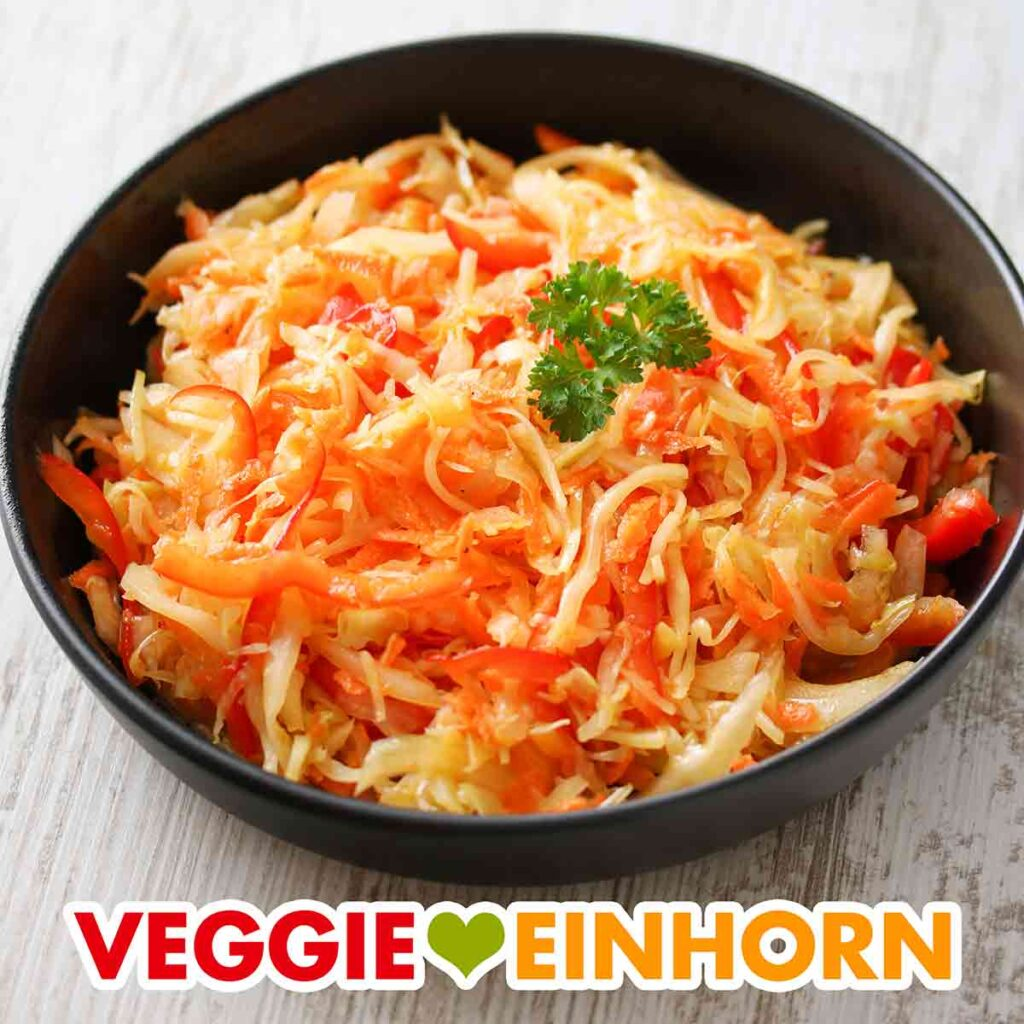 Krautsalat mit Paprika und Karotten