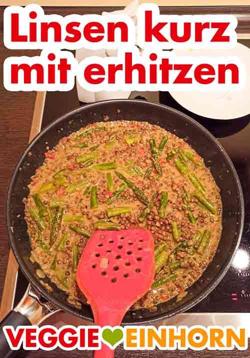 Die braunen Linsen aus der Dose im Curry mit erhitzen.