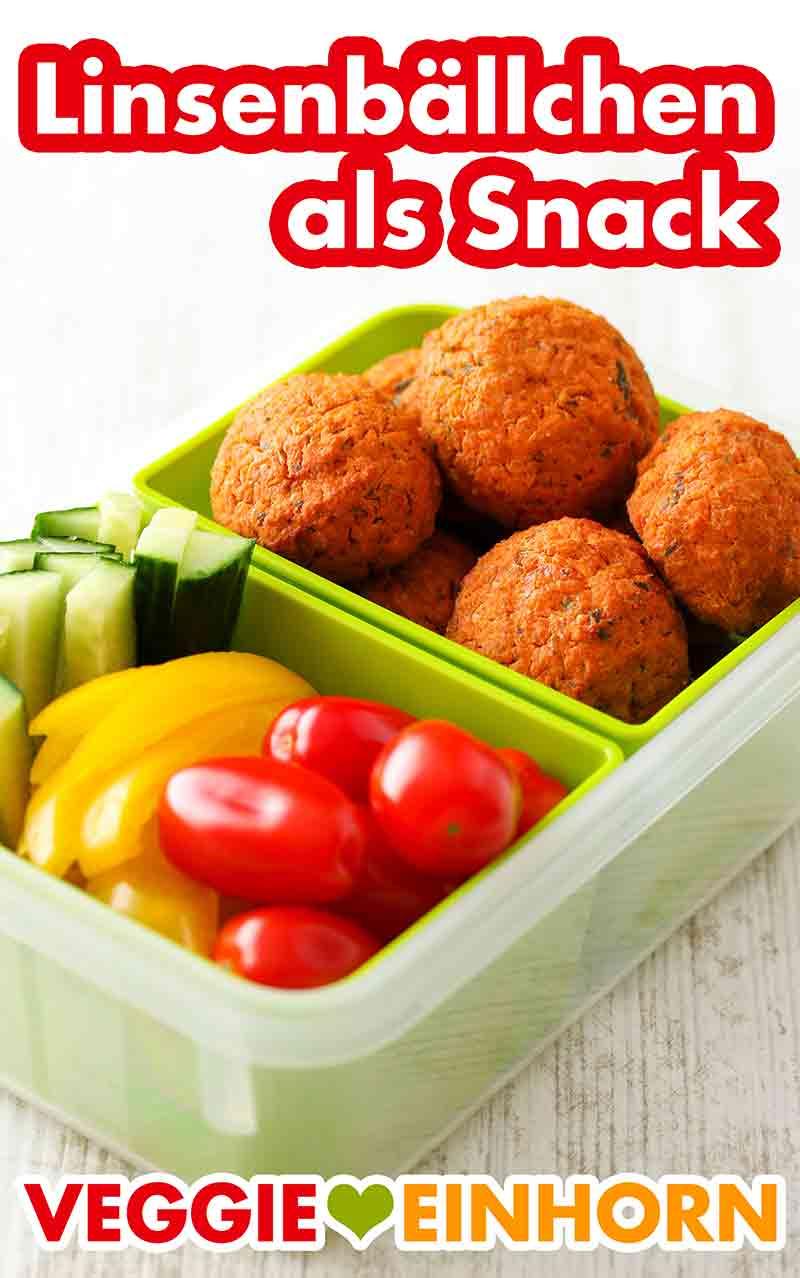 Eine Lunchbox mit Linsenbällchen und rohem Gemüse