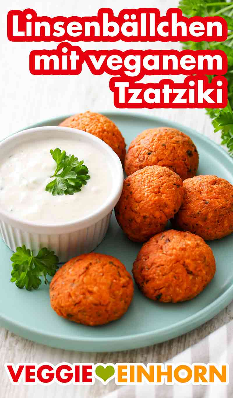 Linsenbällchen und ein Schälchen mit veganem Tzatziki