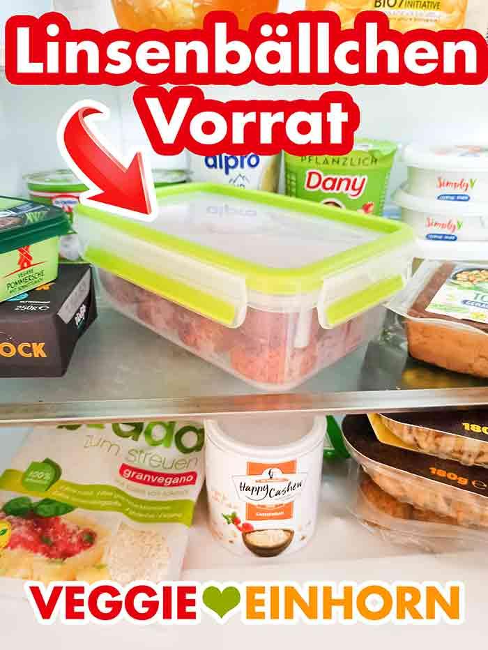 Eine Frischhaltedose mit Linsenbällchen im Kühlschrank