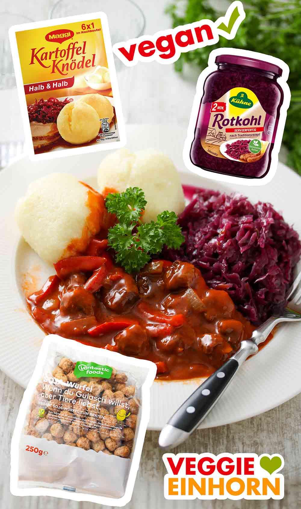 Ein Teller mit Maggi Kartoffelknödeln, veganem Gulasch und veganem Rotkohl
