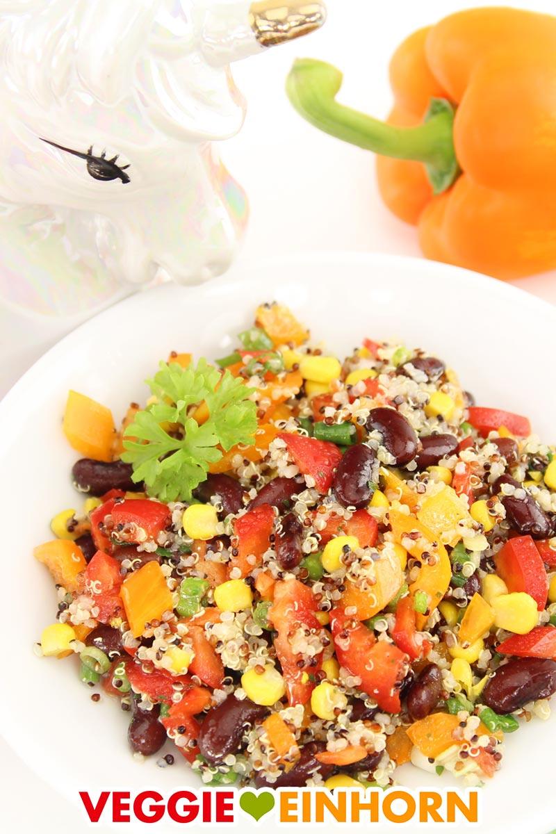 Mexikanischer Quinoa Salat auf einem Teller