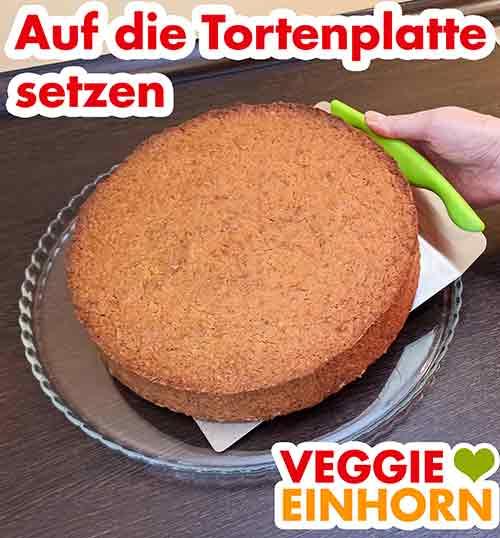 Der Möhrenkuchen wird mit dem Kuchenheber auf die Tortenplatte gesetzt