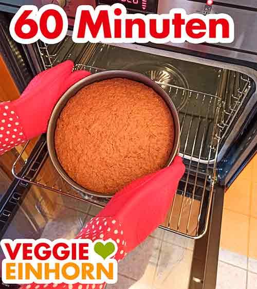 Der fertig gebackene Möhrenkuchen wird aus dem Ofen geholt