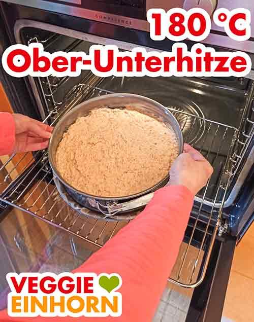 Der Möhrenkuchen wird in den Backofen geschoben
