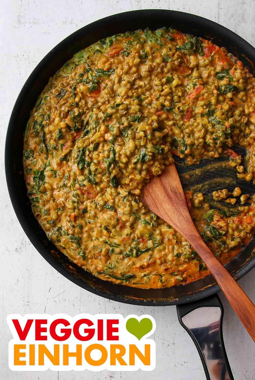 Mungbohnen Dal mit Spinat in einer Pfanne