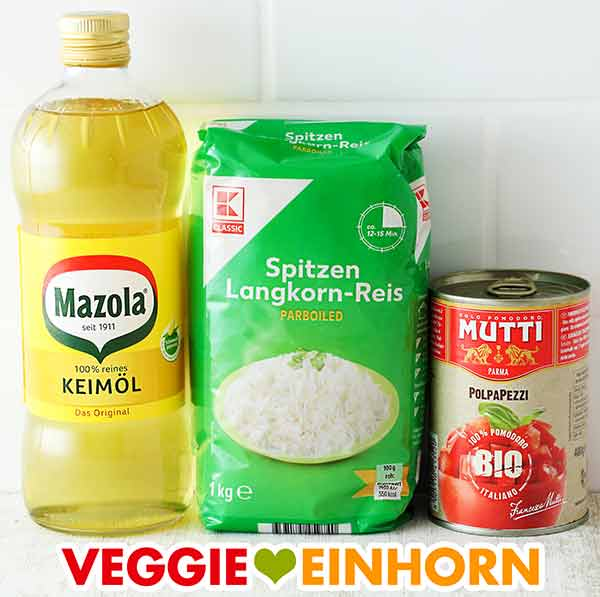 Eine Flasche Öl, eine Packung Reis und eine Dose Tomaten