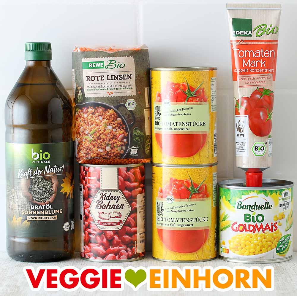 Öl, rote Linsen, eine Dose Kidneybohnen, Pizzatomaten, Tomatenmark, Dosenmais