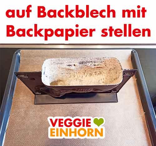 Osterlamm Backform auf einem Backblech mit Backpapier
