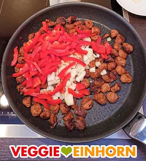 Pfanne mit Sojawürfeln, Zwiebeln und roter Paprika