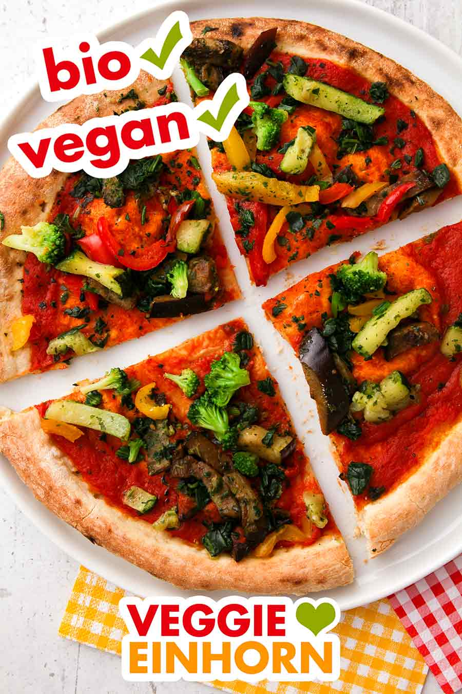 Vier Stücke der Bio Pizza Verdura Vegan auf einem Teller
