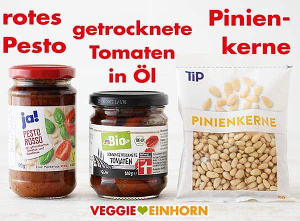 Rotes Pesto, ein Glas getrocknete Tomaten in Öl und Pinienkerne