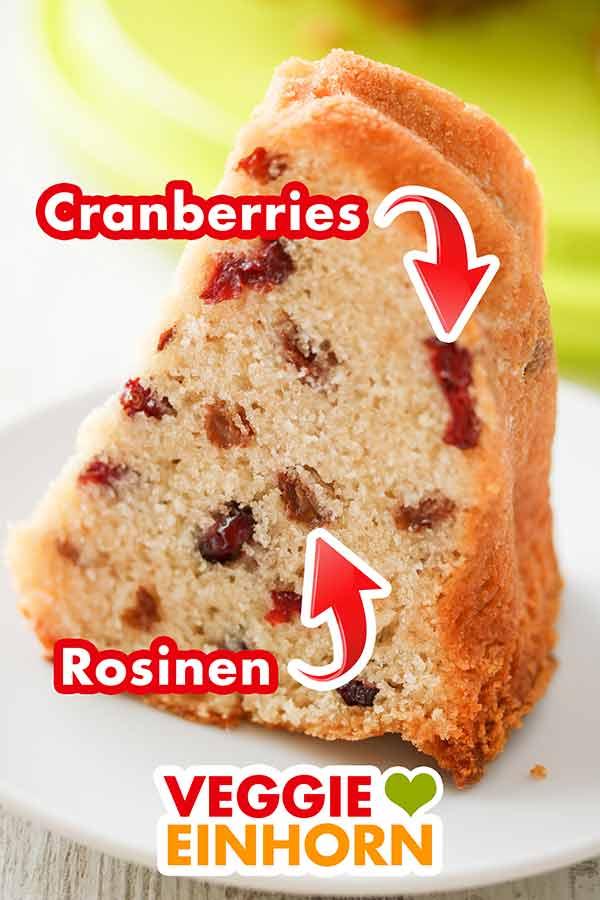 Cranberries und Rosinen in einem Stück Topfkuchen