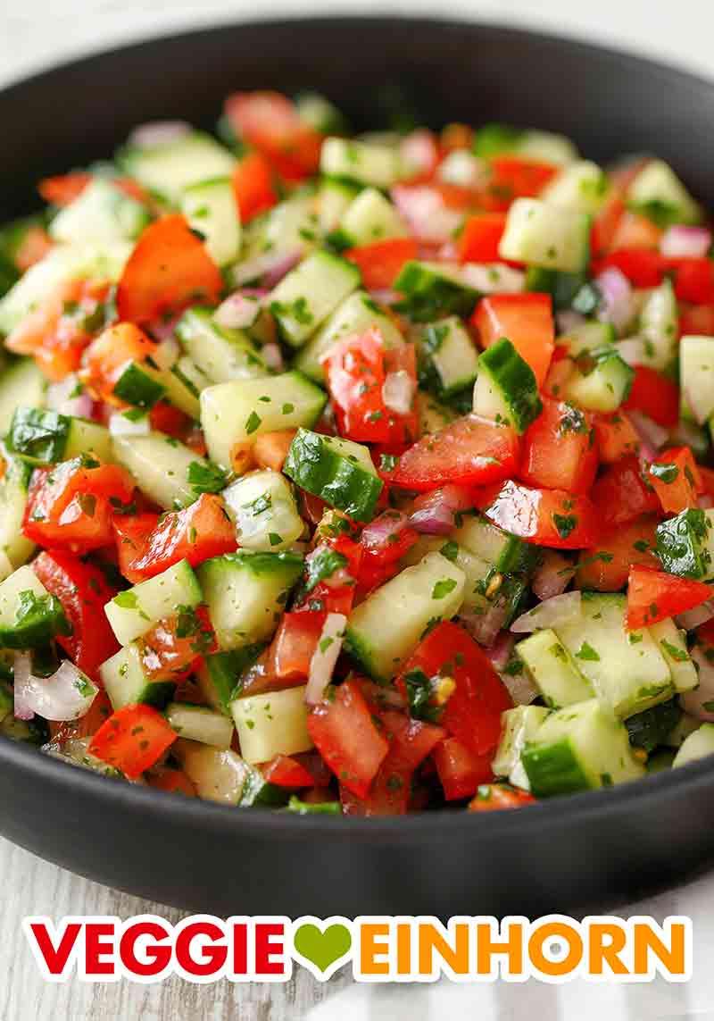 Tomaten Gurken Salat mit roten Zwiebeln