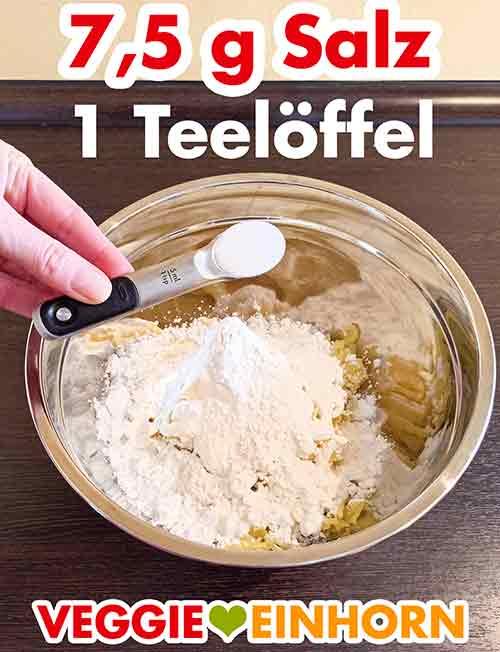 Ein Teelöffel Salz für die veganen Kartoffelknödel