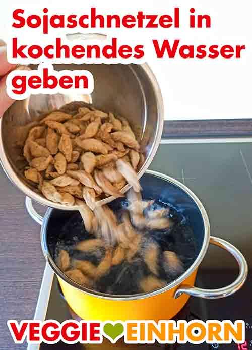 Sojaschnetzel in kochendes Wasser in einem Topf geben