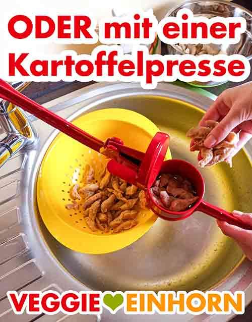 Auspressen der Sojaschnetzel mit der Kartoffelpresse