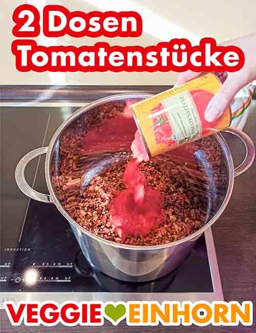 Tomatenstücke aus der Dose werden in den Topf zugefügt