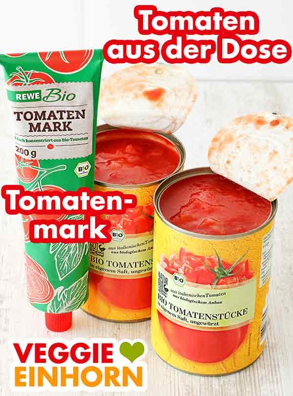 Eine Tube Tomatenmark und zwei Dosen gehackte Tomaten