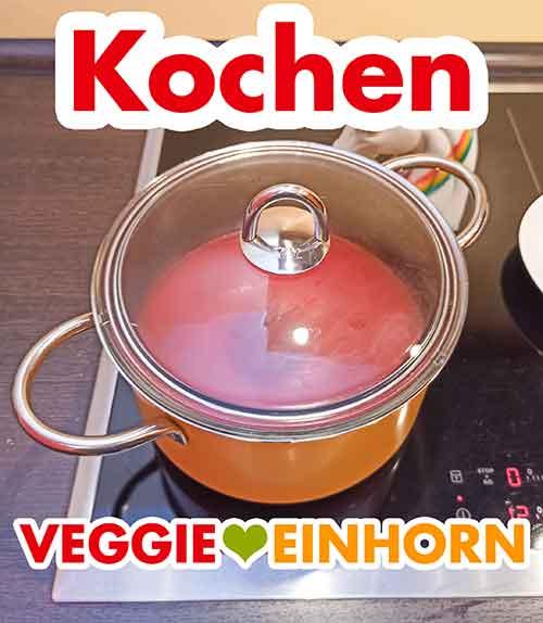 Die Tomatensuppe kocht im Topf mit Deckel