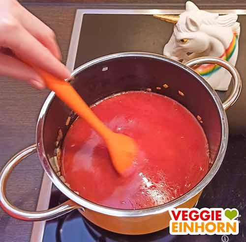 Die Tomatensuppe mit Reis wird umgerührt