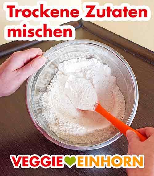 Trockene Zutaten für veganen Marzipankuchen in einer Rührschüssel