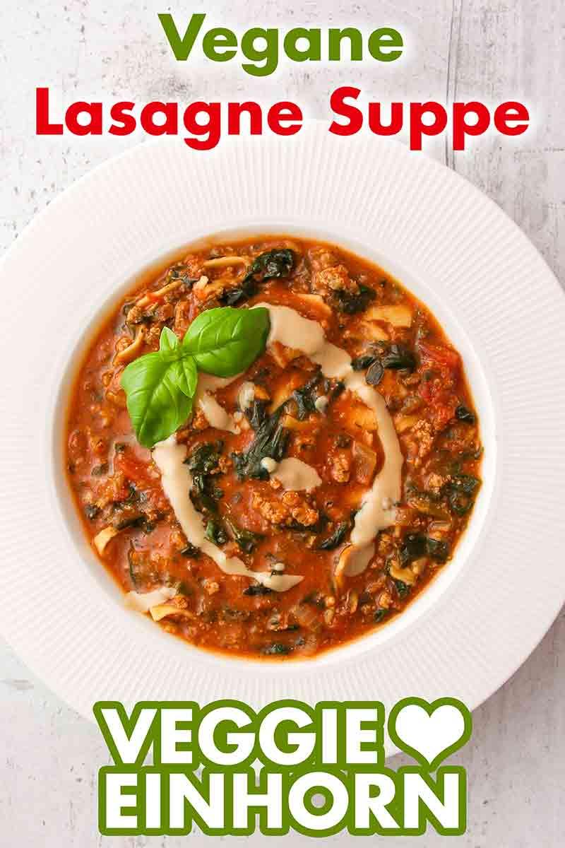 Ein Teller mit veganer Lasagne Suppe
