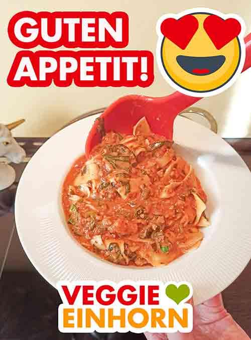 Die vegane Lasagne Suppe wird mit einer Suppenkelle auf einen Teller gefüllt