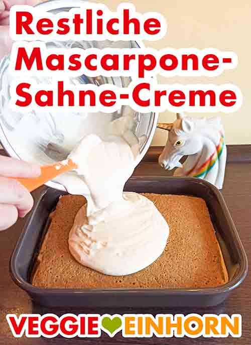 Vegane Mascarpone Creme aus der Schüssel in die Tiramisu-Form geben