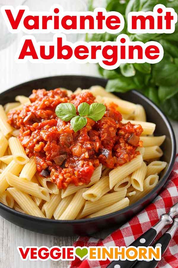 Nuss Bolognese mit Aubergine auf einem Teller mit Penne