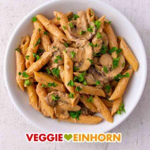 Ein Teller mit veganer Pasta mit Pilzen