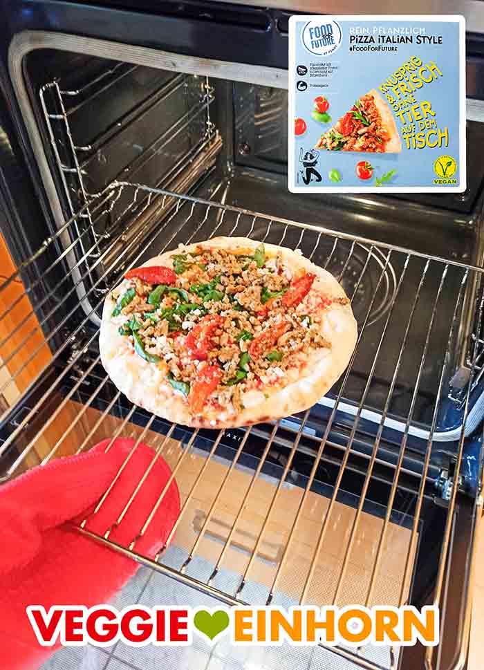 Die fertig gebackene vegane Pizza von Penny auf dem Rost im Backofen