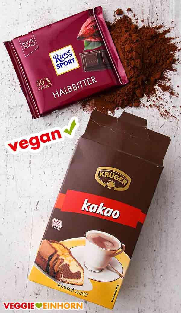 Eine Tafel vegane Schokolade und eine Packung Backkakao