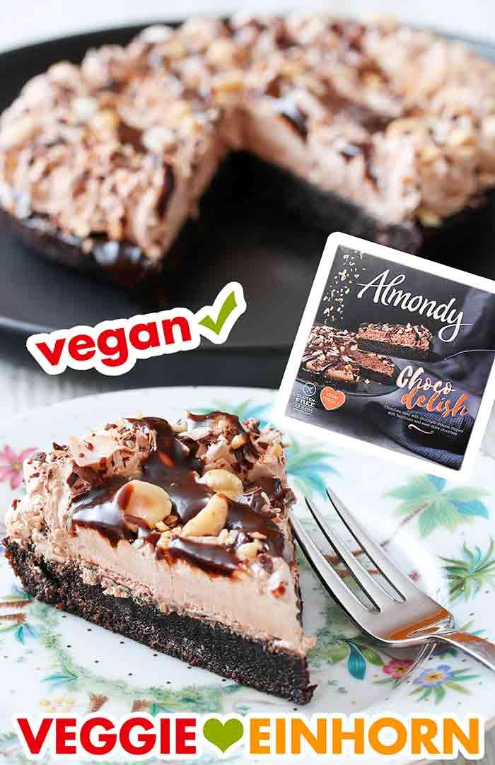 Ein Stück vegane Almondy Torte auf einem Kuchenteller
