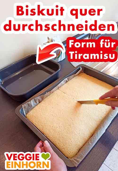 Der vegane Biskuit für das Tiramisu wird auf dem Backblech geschnitten.