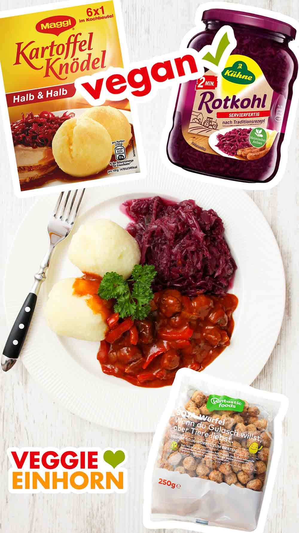 Ein Teller mit veganem Gulasch, veganen Knödeln und Rotkohl