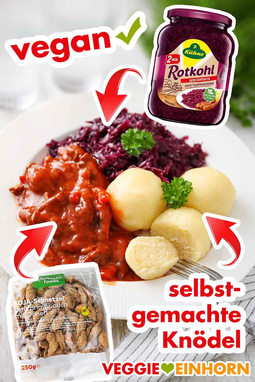 Vegetarisches Gulasch, Kartoffelklöße und Rotkraut auf einem Teller