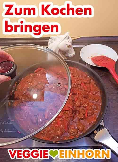 Das vegetarische Gulasch mit Deckel zum Kochen bringen