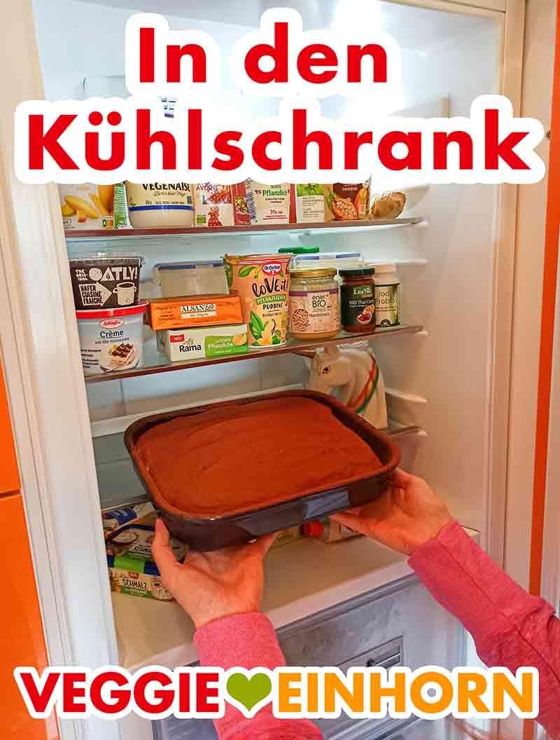 Die Auflaufform mit dem veganen Tiramisu wird in den Kühlschrank gestellt.