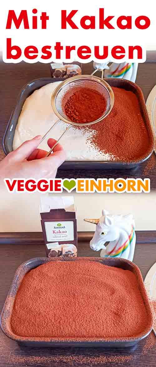 Ein Sieb mit Kakaopulver über dem veganen Tiramisu