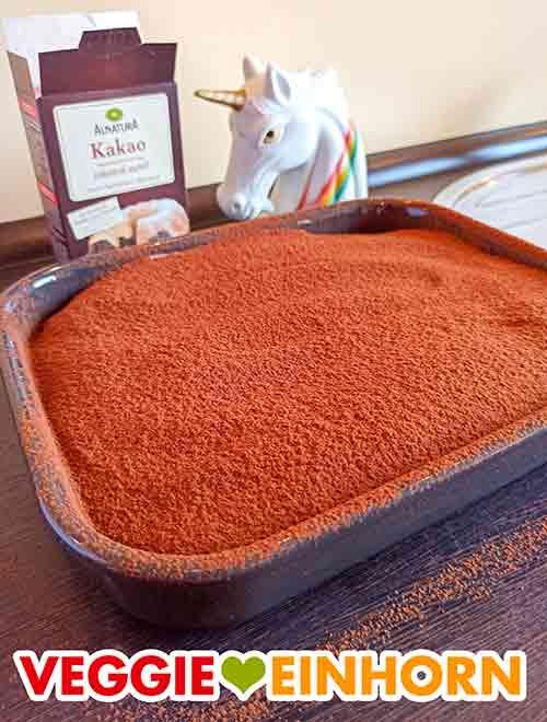 Veganes Tiramisu mit einer Schicht Kakao oben drauf