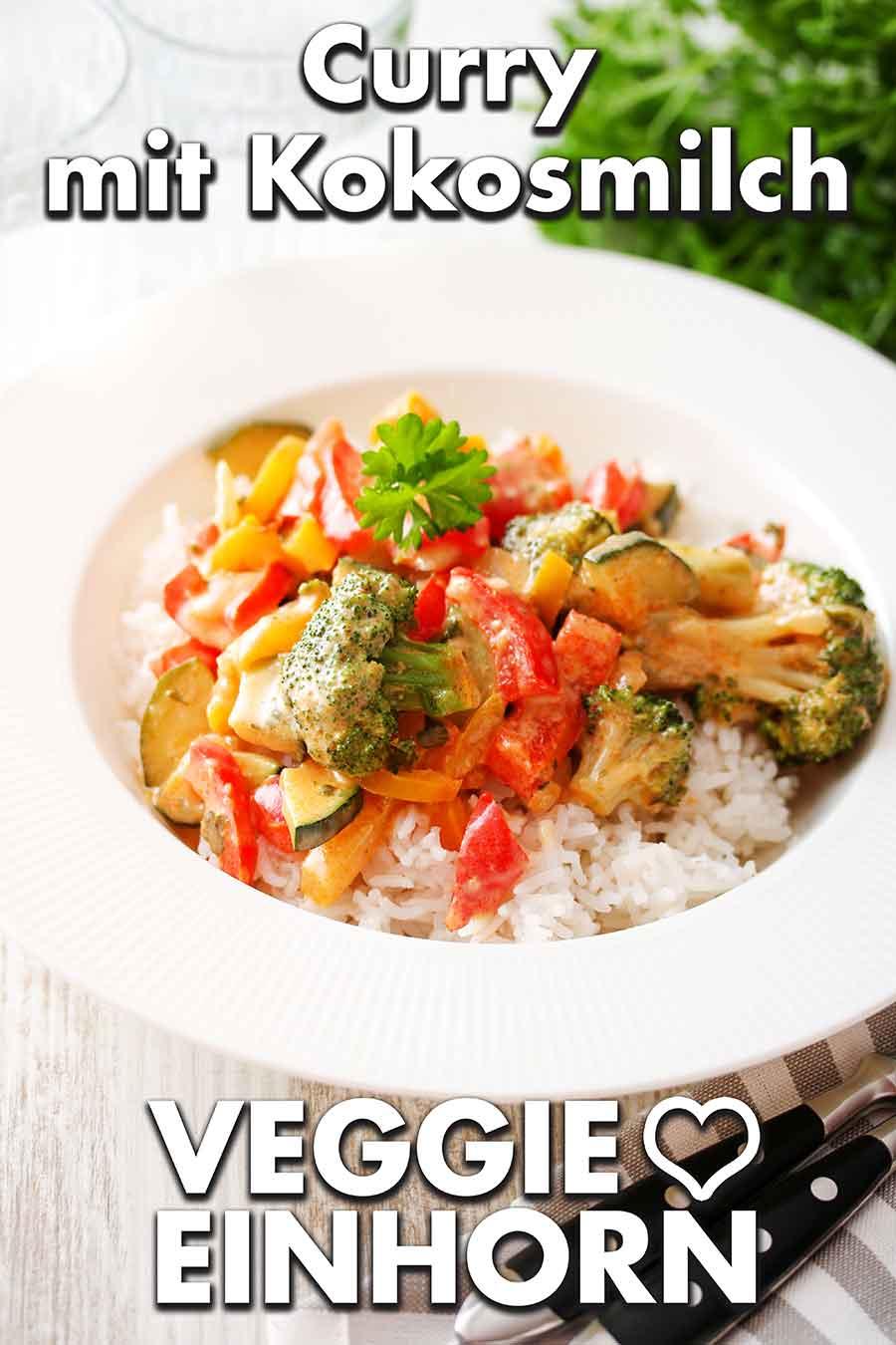 Curry mit Kokosmilch auf einem Teller mit Reis als Beilage