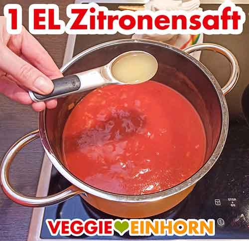 Ein Esslöffel Zitronensaft wird zur Tomatensuppe zugefügt