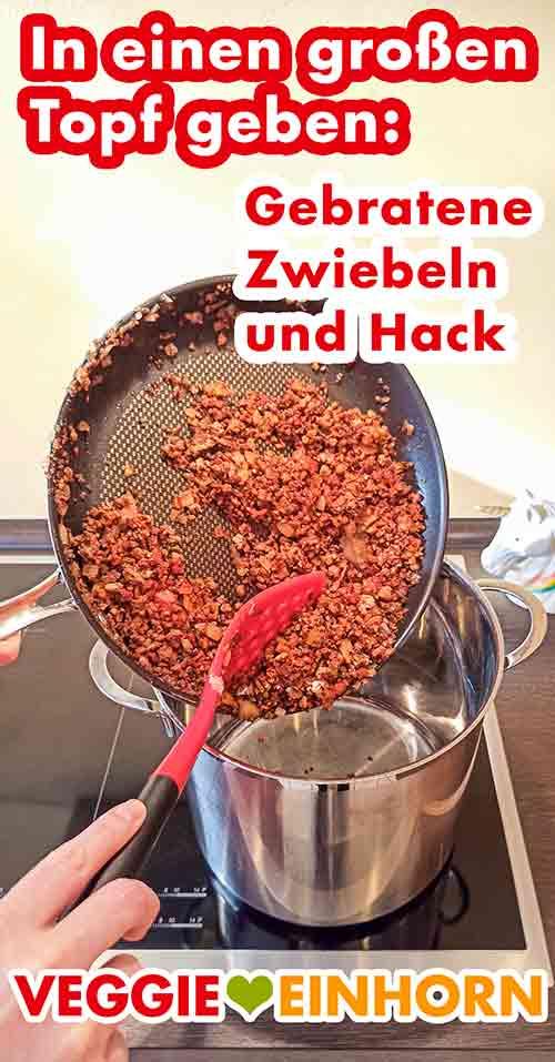 Gebratenes veganes Hack wird aus der Pfanne in den Kochtopf gegeben